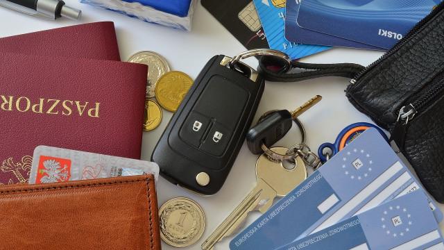 dokuemnty.dowod_.osobisty.prawo_.jazdy_.kluczyki.do_.samochodu.karty_.monety.pieniadze.f88733784-1