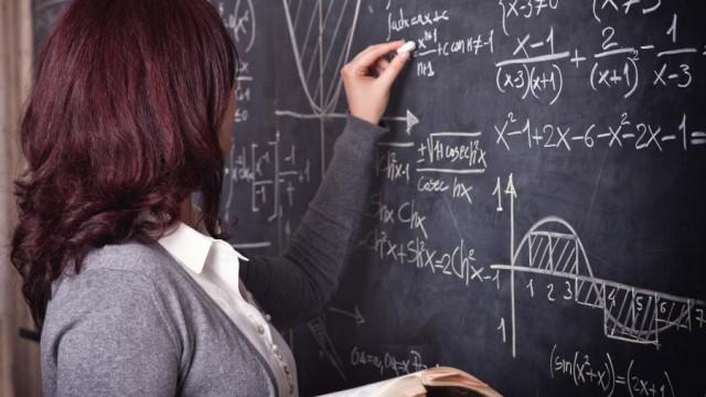 5482874-nauczycielka-przy-tablicy-900-617