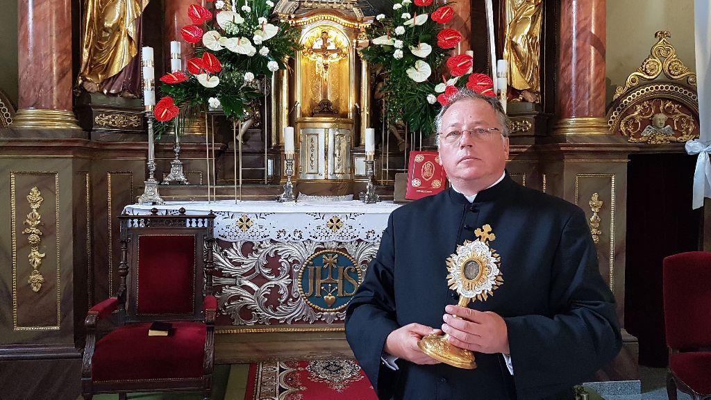 0910_Niwnica(TS) Parafia Niwnica Relikwie krzyża ks Piotr Mazur