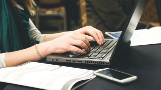 0322_fake news komputer klawiatura online zdalnie praca fot. pixabay.com